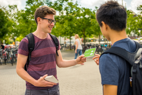 2 Studenten + Flyer
